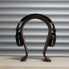 Kopfhörerständer aus Nußbaum-Robinie-Multiplex