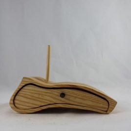 Kästchen aus Esche mit einem Schub und einer Bohrung für Stifte, Pinsel u.ä.
