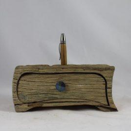 Kästchen aus recycelter Eiche mit einem Schub und Bohrung für Stifte, Pinsel u.ä.