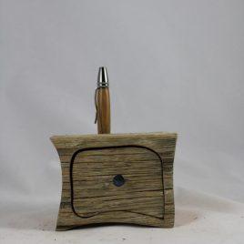 Holzkästchen aus recycelter Eiche mit einem Schub und einer Bohrung für Stifte, Pinsel u.ä.