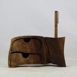 Kästchen aus Nussbaum mit zwei Schüben und einer Bohrung für Stifte, Pinsel u.ä. (ohne Stift)