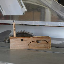 Kästchen aus Kiefer mit einem Schub und einer Bohrung (für Stift, Pinsel u.ä.)