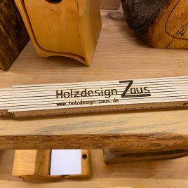 Zollstock aus Holz mit gelasertem Holzdesign-Zaus Logo